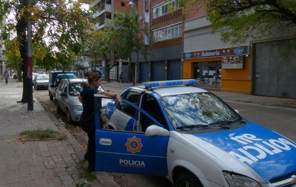 Apostados. El patrullero que está en Mendoza al 2600 todos los días.