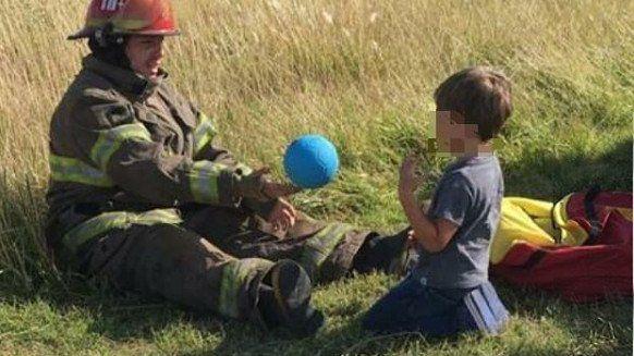 Bomberos jugaron con un nene tras un choque y las fotos se viralizaron