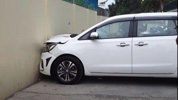 La flamante minivan Kia Carnival 0 kilómetro fue estampada contra un paredón.