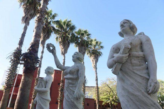 La Municipalidad devolvió al barrio Saladillo tres esculturas que estaban ubicadas en el frente de una emblemática farmacia de la zona.