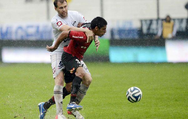 No lo frenan. Leandro Figueroa fue titular ante Quilmes bajo un diluvio.