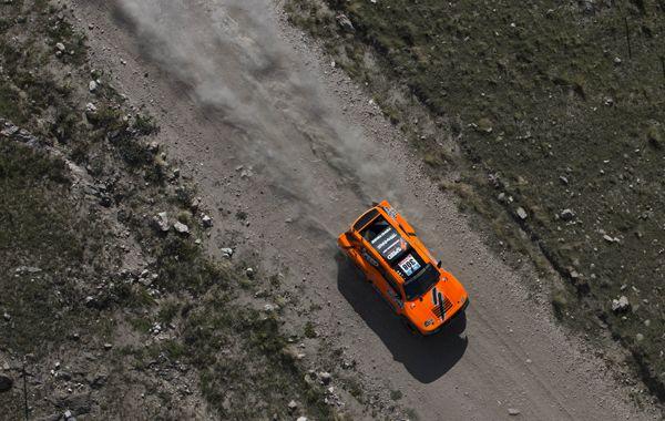 Los estadounidenses Robby Gordon y Johnny Campbell en la segunda etapa del rally Dakar.