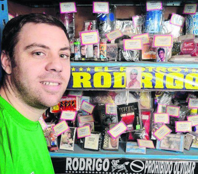 Loco por Rodrigo. Damián Cotarelo atesora más de seis mil objetos.