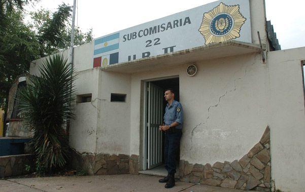 Prestaban servicios en la subcomisaría 22ª y les imputan haber pedido 5 mil pesos a la madre de un menor demorado.