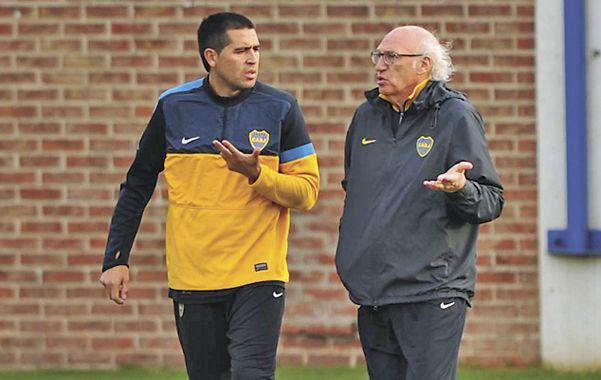 Diálogo. El capitán xeneize mantiene una charla con el entrenador Bianchi.