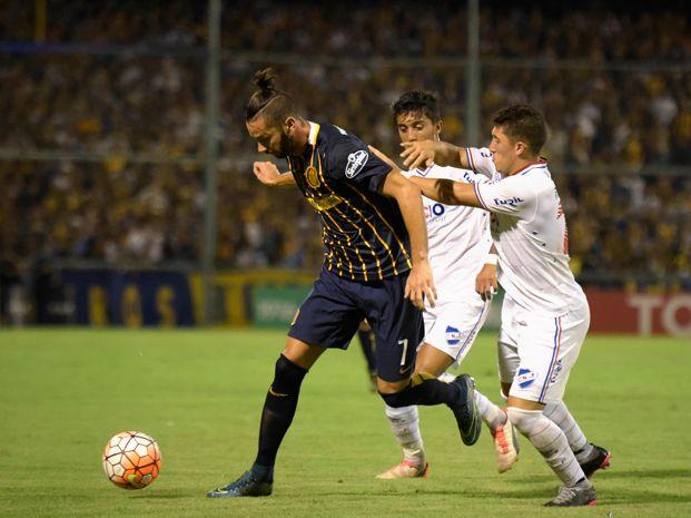 Larrondo convirtió de penal el gol que significó el agónico empate canalla ante Nacional.