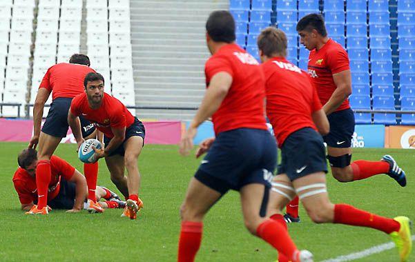 Lanzando. El medioscrum Landajo abre la pelota durante el reconocimiento de campo del estadio Malvinas Argentinas.