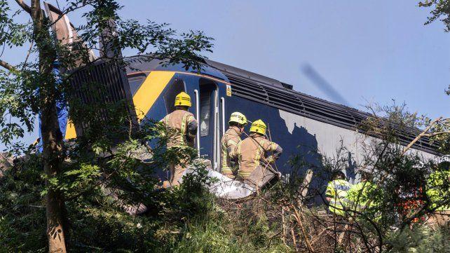 Varios heridos graves tras el descarrilamiento de un tren de pasajeros en Escocia