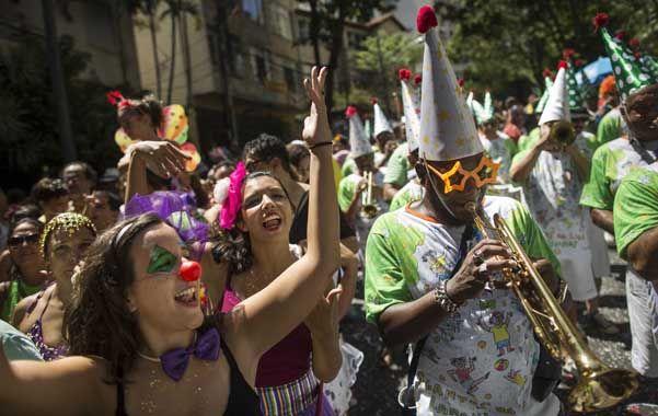 El país de la alegría. Una agrupación animando la convocatoria de la cantante Preta Gil
