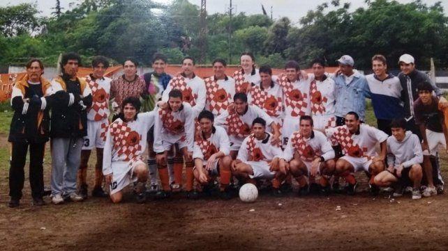 Los campeones en la cancha de Sparta: Tras derrotar a Naútico Avellaneda por 3 a 0, los naranjas celebraron a lo grande. La foto de aquella tarde quedó grabada en la memoria de todos.