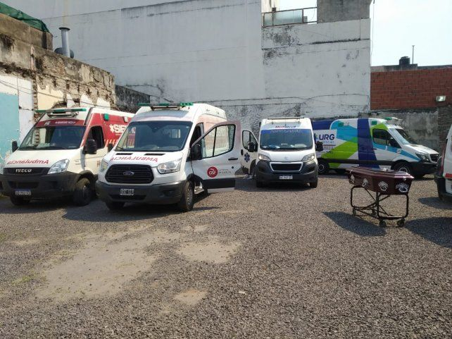 Este martes las ambulancias esperaron más de cuatro horas en el Sanatorio Los Alerces.