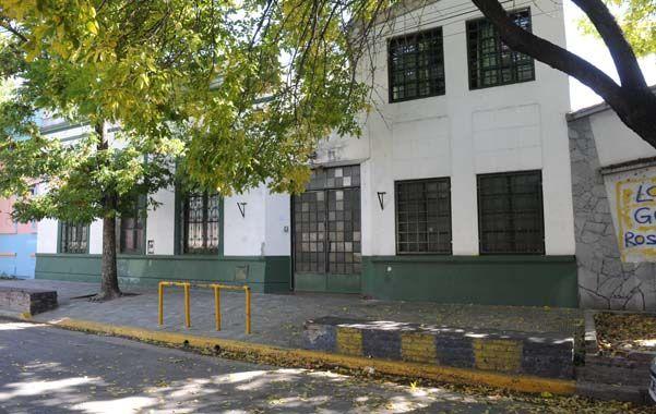 Vivir y convivir. Así se llama la escuela de barrio Belgrano donde ayer casi se desata una tragedia.
