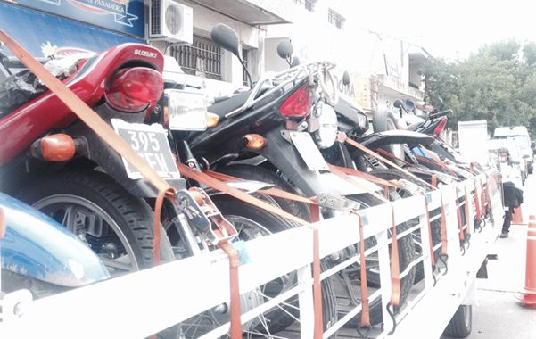 Al corralón. Las motos son trasladadas en un vehículo especial.