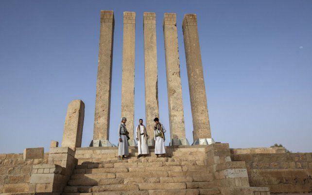 Hombres armados aliados del gobierno reconocido de Yemen posan para una fotografía en el Templo Awwam