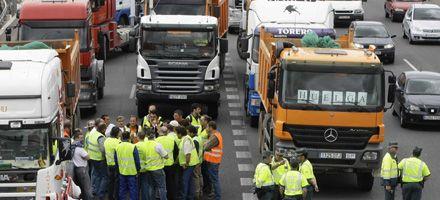 Dos muertos e incidentes en la huelga de transportistas en España y Portugal