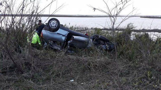 Tras chocar a un carpincho. El Fiat Palio despistó y volcó.