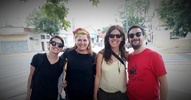 """Los directores de """"Carroceros"""", Mariano Frigerio y Denise Urfeig (derecha) junto a una reconocida carrocera."""