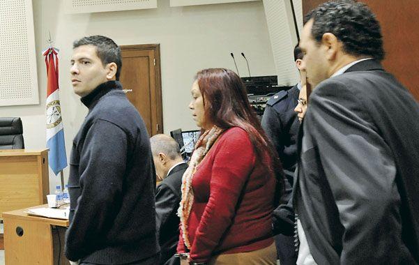 La madre. La Cele ingresa custodiada a la sala de audiencias. Le imputan liderar la banda que integraban sus hijos.