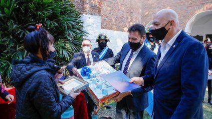 El intendente Leonardo Raimundo entregó una placa a familiares de Aldo Pérez.