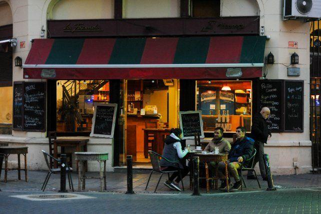 Un poco más. Los bares y restaurantes podrán abrir viernes y sábados hasta las 23.