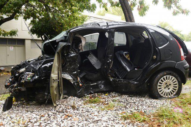 El vehículo en el que viajaban las dos víctimas fatales del siniestro que se produjo el sábado pasado en avenida Del Rosario y Ayacucho.