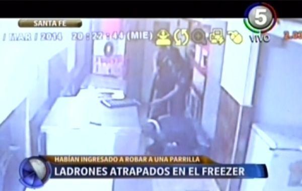 Dos ladrones se escondieron en un freezer para no ser detenidos y casi se congelan
