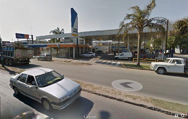 La estación de servicio de Eva Perón y Magallanes fue blanco de cuatro delincuentes. (Foto: captura de Street View).