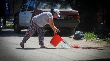 Después del doble homicidio del viernes, una vecina lavó la sangre derramada.