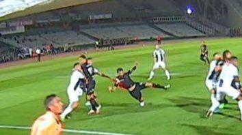 Nacho Scocco es tomado por Tenaglia. Un claro penal que Herrera no sancionó. (Captura imagen de TV)