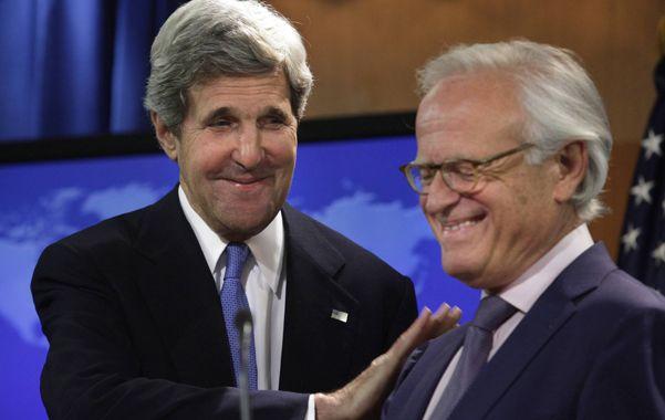 Mucha suerte. Kerry le da una palmadita al veterano Martin Indyk.