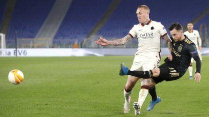 El argentino del Ajax Nicolás Tagliafico despeja ante la marca del holandés de la Roma, Rick Karsdorp.