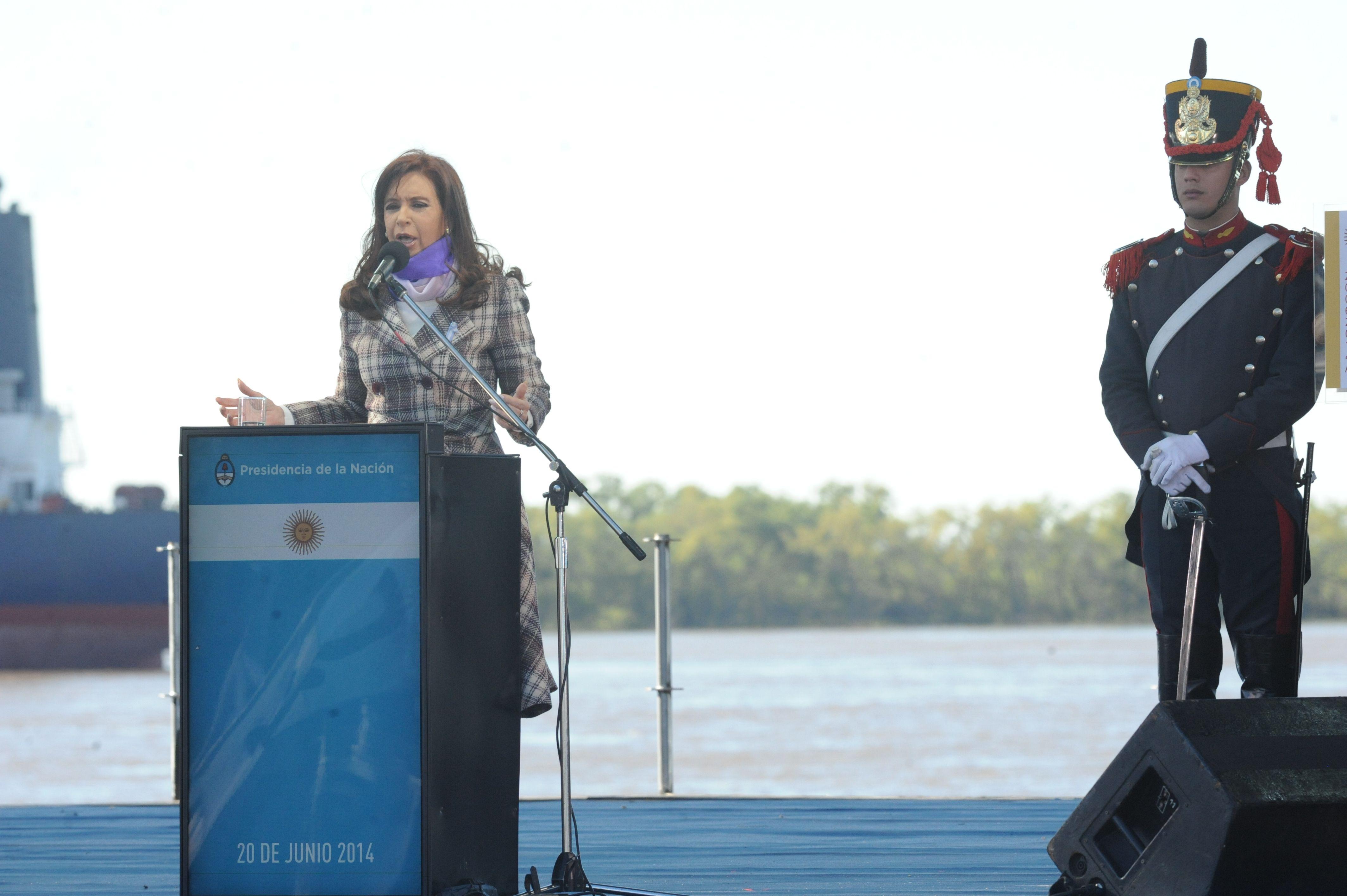 La presidenta habló el año pasado de espaldas al Paraná.