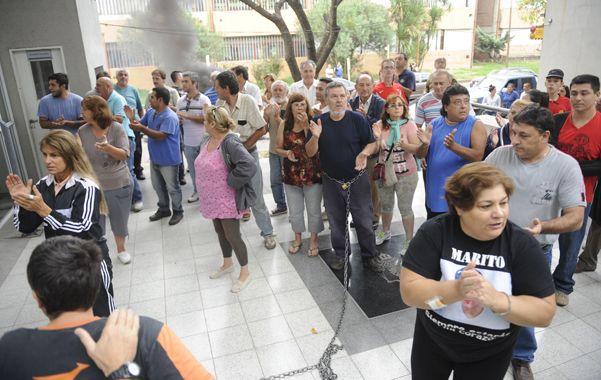 Apoyo. Alberto Perassi y su esposa recibieron numerosas muestras de solidaridad durante su reclamo.