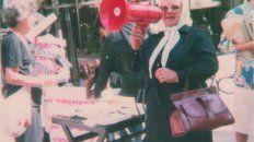 Esperanza Labrador, Madre de Plaza de Mayo, con el megáfono en el acto del 8 de Marzo de 1986.