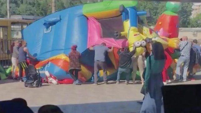 El castillo inflable explotó y varios niños fueron despedidos por el aire.