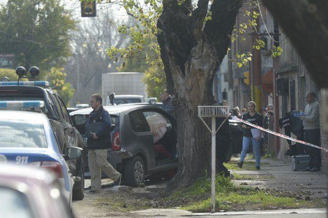 Colisión. La persecución terminó en Callao al 5700 cuando el VW Up chocó contra un árbol.