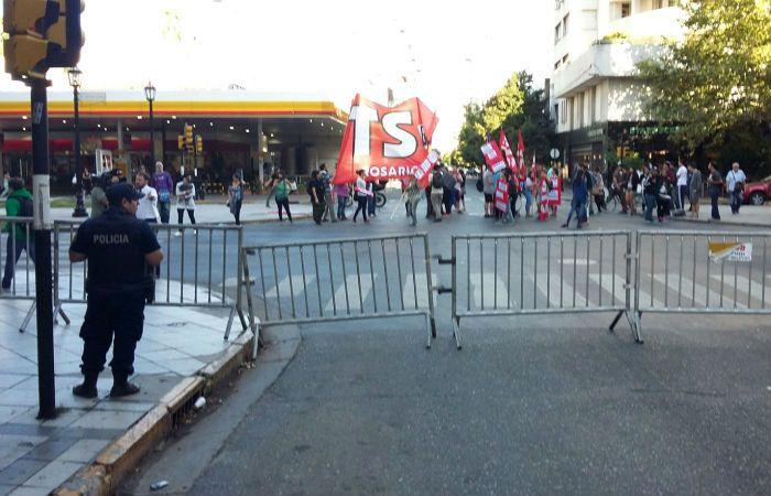 Desde esta mañana organizaciones de izquierda protestan en Córdoba y Oroño. (Foto: Virginia Benedetto / La Capital)