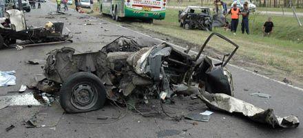 Mueren cinco ocupantes de un auto al que un camión le pasó por arriba