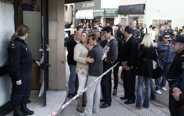 Conmoción. Público y familiares de la víctima frente a la tradicional confitería.