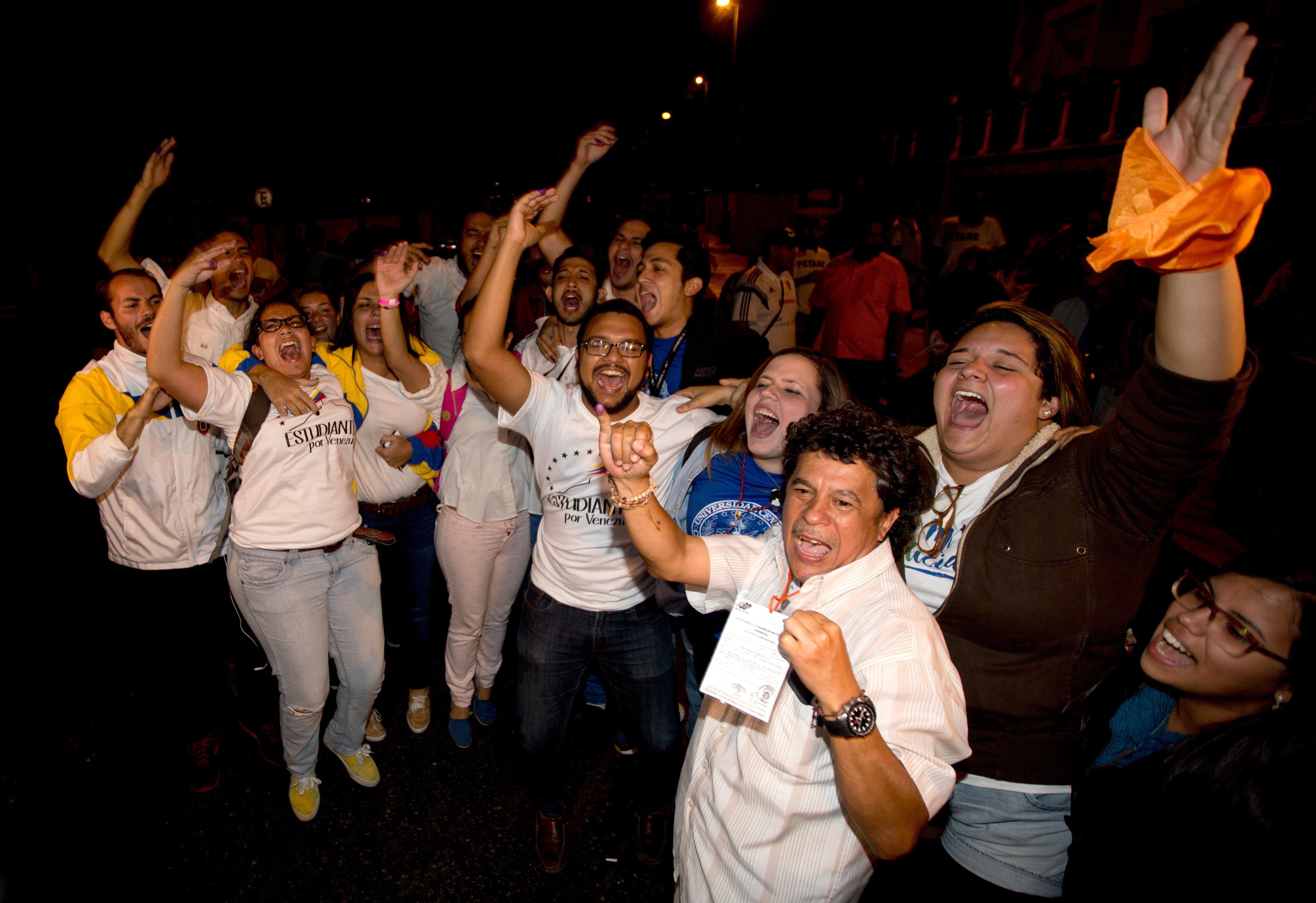 Los militantes opositores sólo pudieron celebrar luego del tardío primer comunicado del CNE. (AP)