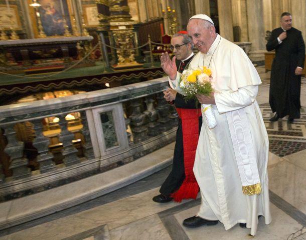 El Papa saluda a los fieles que se congregaron para verlo en la basílica romana Santa María ayer a la mañana.