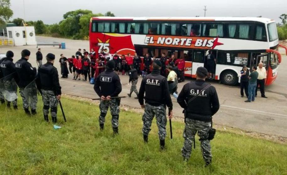 La policía uruguaya requisó un ómnibus que transportaba hinchas leprosos.