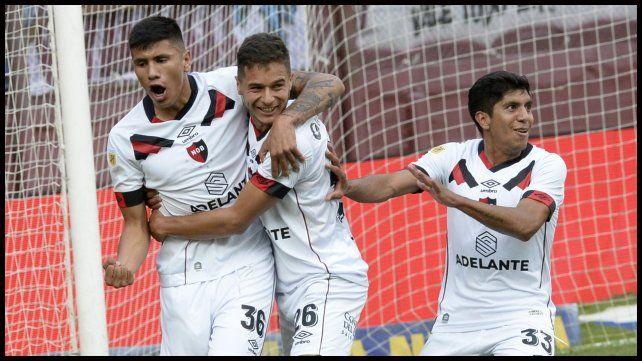 Castro, Sordo y Comba festejan tras el 2do. gol que le dio los tres puntos.