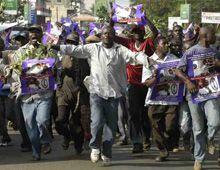 Kenia decretó feriado por el triunfo de Obama y la gente salió a la calle a festejar