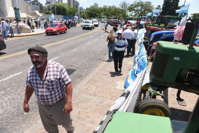 El tractorazo de productores autoconvocados llegó al Monumento a la Bandera
