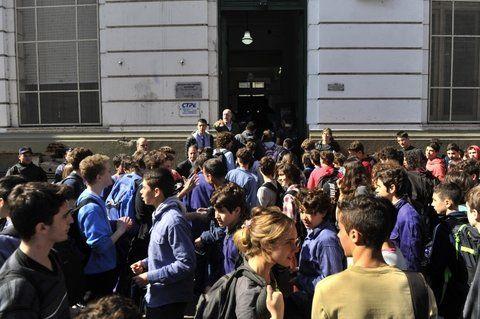 El peor. Alumnos esperan ingresar al Poli tras una falsa amenaza. Ese colegio encabeza el ranking de estos hechos.