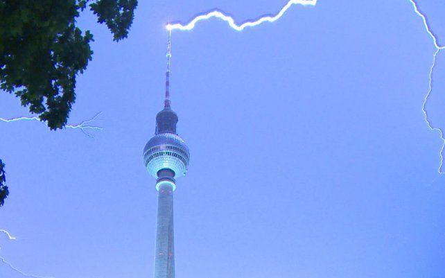 Un rayo cae sobre la parte superior de la torre de televisión en Berlín. Las tormentas provocaron inundaciones generalizadas en el centro de Alemania durante la noche