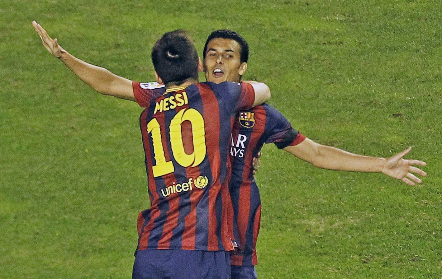 Abrazo para Pedro. Messi festeja con el delantero el primer tanto de los catalanes.