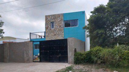 La casa de dos plantas edificada en Serodino a órdenes de un preso acusado de dirigir una banda desde Piñero.