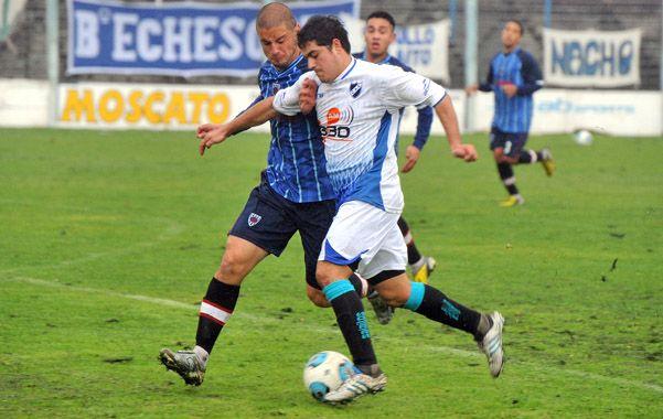 Intratable. El Pocho Martínez va directo al gol pero será derribado dentro del área por Escobar. Por su despliegue y participación en los goles